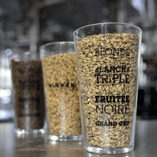 Des malts plus ou moins foncés qui apportent couleur et goût à la bière