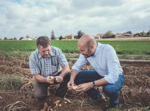 Christophe, le créateur du Ninkasi et Guy, le producteur de patates dans le champ au Mas-Rillier.