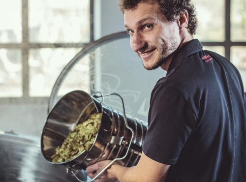 Julien s'occupe du houblon © Gaetan Clement
