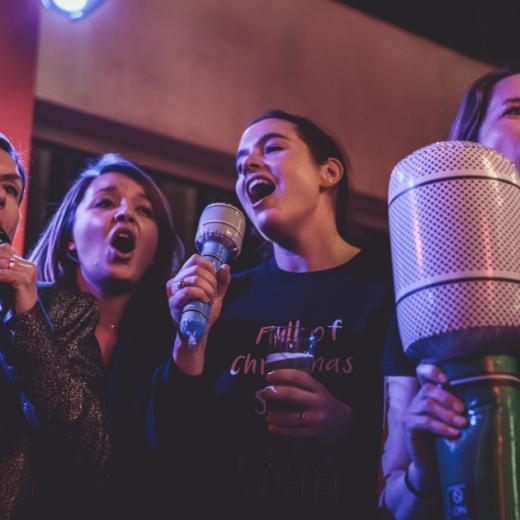 Un karaokéchorale c'est festif et convivial. Prenez le micro (gonflable) et chantez ensemble.