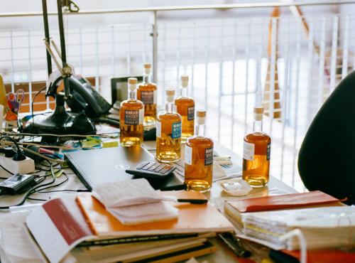 Alban planche sur de nouvelles aromatiques © Ksenia Vysotskaya
