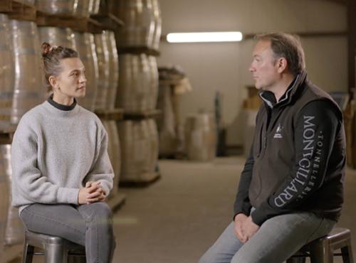 Lilya Sekkal, brand ambassadrice whisky et Thibaut Montgillard, fabricant de fût en Bourgogne.