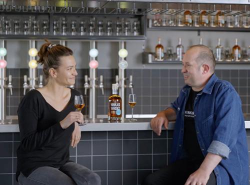 Lilya et Alban, maître-distillateur chez Ninkasi.