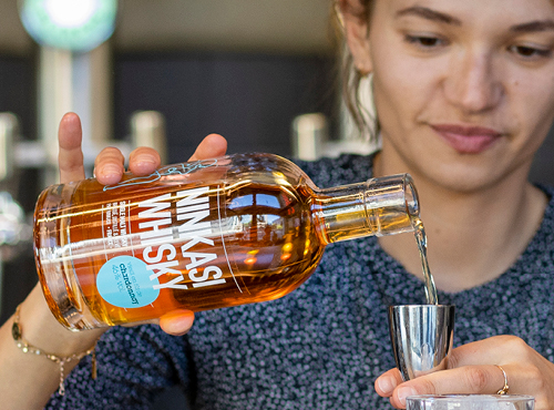 Versez dans votre verre 4,5cL de whisky + le sirop de sucre de canne + l'Angostura bitters