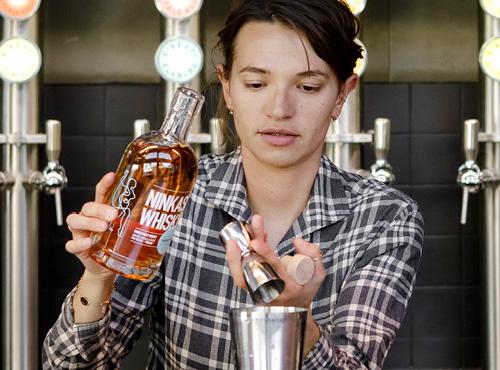 Versez le sirop de miel, le jus de citron, le whisky, le blanc d'œuf et complétez votre shaker avec des glaçons